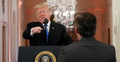 도널드 트럼프 미국 대통령과 CNN의 짐 아코스타 기자가 2018년 11월 백악관 이스트룸에서 기자회견 도중 설전을 벌이고 있다. [로이터=연합뉴스]