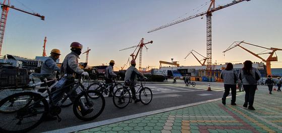 경남 거제에 있는 대우조선해양에서 노동자들이 자전거를 타고 출근하고 있다. [중앙포토]