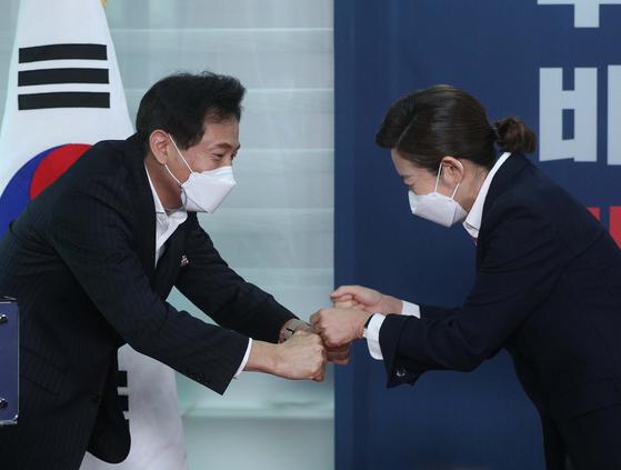 """오세훈과 마주한 나경원, """"축하한다 安, 고마워, 나도 도와 줄게"""""""