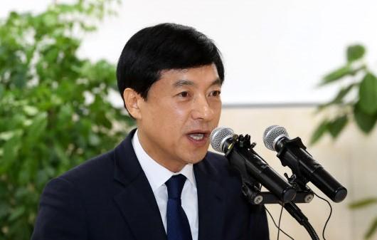 """'4 차 소환 거절'이성윤 """"김학 사건, 공 수소 파견 위법"""""""