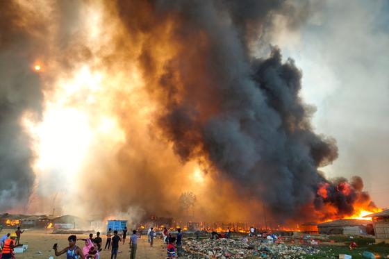 22일(현지시간) 방글라데시 로힝야족 난민촌에서 발생한 대형 화재. [로이터=연합뉴스]
