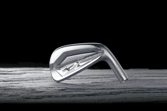 신제품 JPX921 포지드 아이언은 세계 최초로 고강성의 '크로몰리 4120' 소재를 채용한 일체형 단조아이언으로 최고의 반발력과 최대의 볼초속을 자랑한다. [사진 한국미즈노]