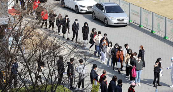 23일 오전 경기도 용인시 수지구청 광장 임시선별검사소에서 구청 직원들과 시민들이 신종 코로나바이러스 감염증(코로나19) 검사를 위해 대기하고 있다. 뉴스1