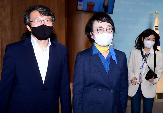 김진애 열린민주당 의원(오른쪽)의 사퇴로 비례대표를 승계받는 김의겸 전 청와대 대변인. 오종택 기자