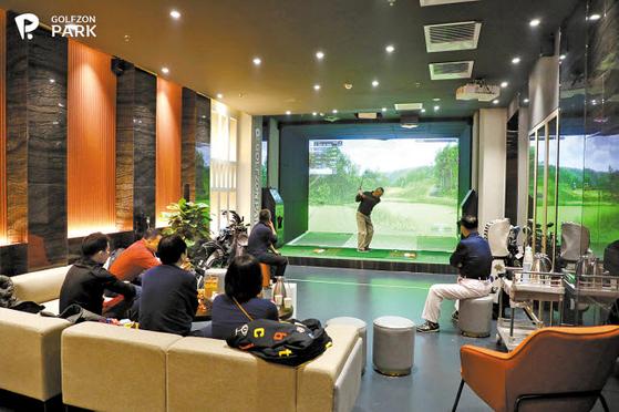 골프존은 지난달 27일 세계 최초로 한-중 네트워크 스크린골프 대회 'LG U+x한중 골프존 스킨스 챌린지'를 개최해 중국 현지인의 높은 관심을 모았다. 사진은 지난달 중국 베이징에 오픈한 '골프존파크 1호점' 매장 전경. [사진 골프존]