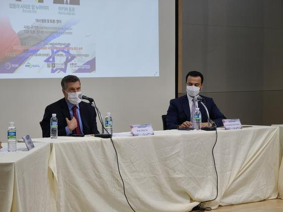 서울대 아시아연구소에서 17일 열린 '아브라함 평화협정의 미래' 포럼에서 아키바 토르 주한 이스라엘 대사(왼쪽)와 압둘라 사이프 알 누아이미 주한 UAE 대사(오른쪽)가 질의응답 시간을 갖고 있다. '아브라함 협정'에는 함께 이란을 견제하는 국제정치학적 포석이 깔렸다. [사진 서울대 아시아연구소]