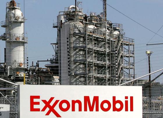 세계 최대 석유기업 엑손모빌은 그동안 ESG 경영을 강화하라는 행동주의 투자자들의 요구를 받아 왔다. 로이터