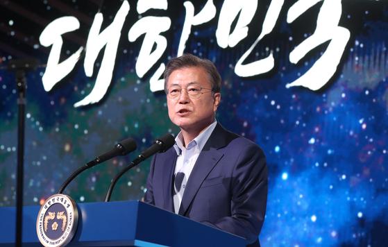 문재인 대통령은 북한이 미사일 도발을 한 25일 오후 전남 고흥군 나로우주센터에서 열린 대한민국 우주전략보고회에 참석했다. 북한 미사일 도발과 관련한 발언은 하지 않았다. 연합뉴스