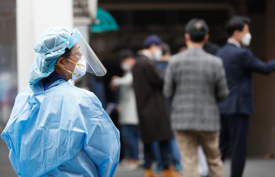 신종 코로나바이러스 감염증(코로나19) 신규 확진자가 12일 0시 기준 488명 발생한 가운데 서울 중구 국립중앙의료원 선별진료소에서 시민들이 줄 서 있다. 뉴스1
