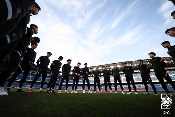 한국 축구대표팀선수들이 한일 친선 경기를 하루 앞둔 24일 오후 일본 가나가와현 요코하마시 닛산 스타디움에서 최종 훈련을 앞두고 모여 있다. [대한축구협회 제공]