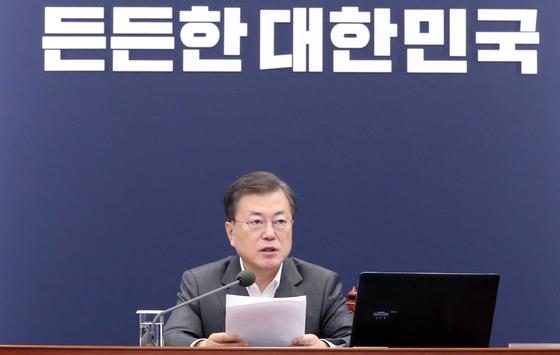문재인 대통령이 22일 오후 청와대에서 열린 수석·보좌관회의에서 발언하고 있다. 연합뉴스