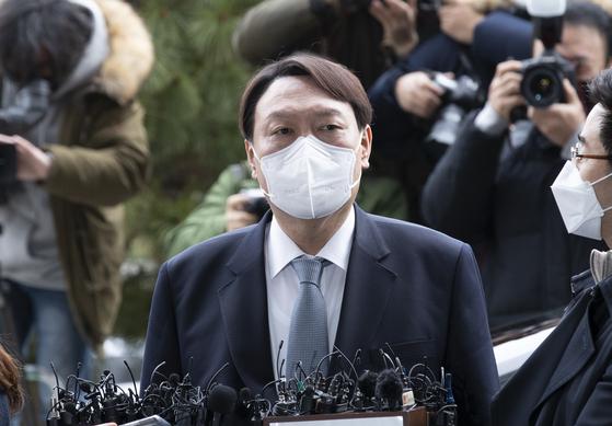 윤석열 검찰총장이 지난 4일 오후 서울 서초동 대검찰청으로 들어가기 전 사의를 표명하고 있다. 임현동 기자