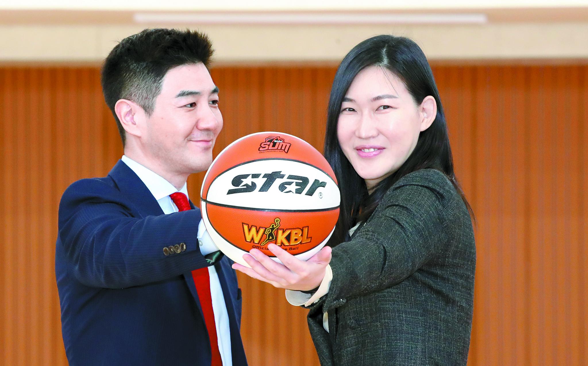 부산 출신인 박정은(오른쪽) BNK 신임 감독은 남편인 배우 한상진과 함께 고향으로 이사했다. 한상진은 '외조의 왕'으로 유명하다. 송봉근 기자