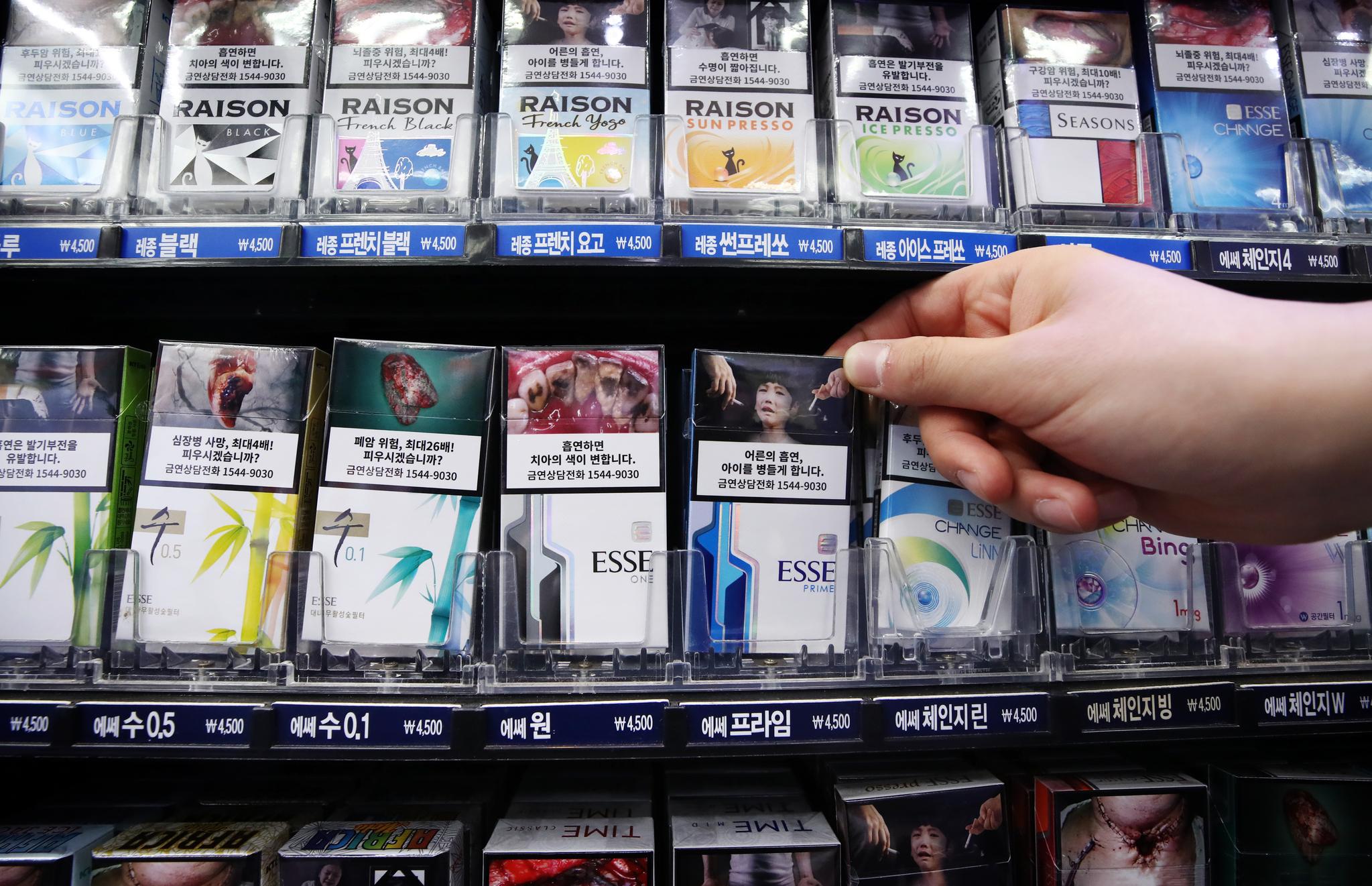 지난해 12월 서울 종로구 한 편의점에서 새로운 흡연 경고그림이 그려진 담뱃갑이 진열된 모습. 연합뉴스