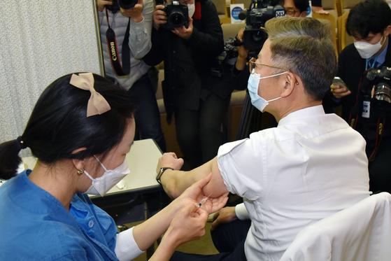"WSJ ""한국은 방역을 앞두고 있지만 백신은 느리지 만… 경제난에 빠질 수있다"""