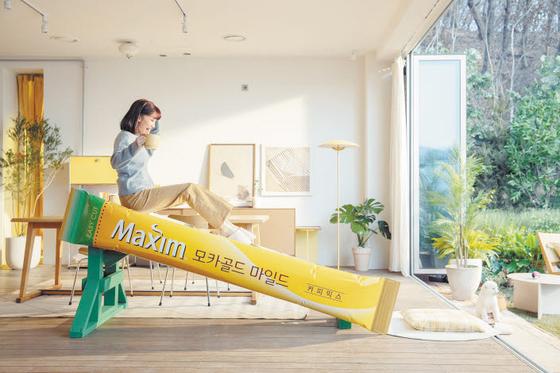 동서식품은 '커피타고 쉬어가자' 캠페인을 통해 소비자와의 정서적 유대감을 강화했다. 사진은 배우 박하선과 함께한 TV광고. [사진 동서식품]