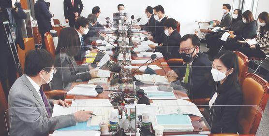 지난 23일 국회 예산결산특별위원회 조정소위원회에서 여야 의원들이 2021년도 제1차 추가경정예산안에 대한 세부심사를 하고 있다. 오종택 기자