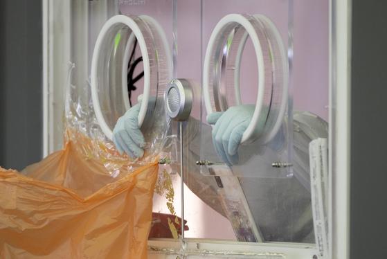 24일 서울 중구 서울역 광장 임시 선별진료소에서 한 의료진이 검사창에 손을 얻고 잠시 쉬고 있다. 임현동 기자