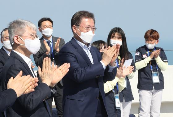 문재인 대통령이 25일 오후 전남 고흥군 나로우주센터에서 누리호 1단 종합연소시험을 참관한 뒤 박수치고 있다. 연합뉴스