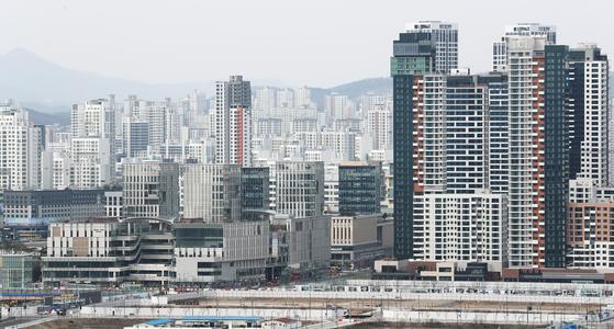 세종지역 공동주택 공시가격이 지난해보다 70% 급등한 지난 15일 오후 세종시 대평동에서 바라본 시내에 아파트가 빼곡히 들어서 있다. 연합뉴스