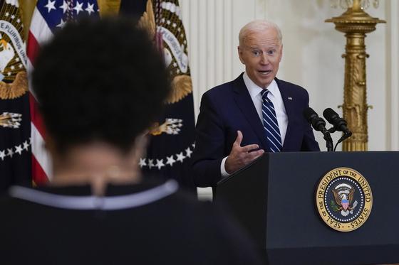조 바이든 미국 대통령은 25일 백악관에서 취임 후 첫 기자회견을 열었다. [AP=연합뉴스]