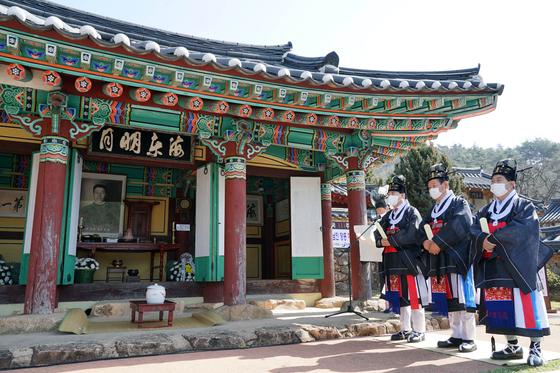 3월 26일 오전 10시 전남 장흥군 장동면 해동사에서 안중근 의사 111주기 추모제가 열렸다. 죽산 안씨 문중이 안중근 의사 위패를 모신 해동사에서 제를 올리고 있다.