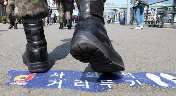 23일 오후 서울역 임시 선별진료소에서 검사를 받기 위해 대기하는 시민들의 모습. 뉴스1