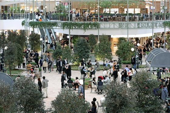 이달 서울 여의도의 한 쇼핑몰이 방문한 고객으로 가득 차있다. 뉴스1