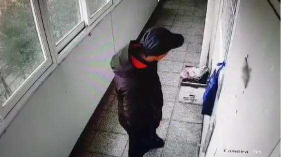 지난 2019년, 진주 방화살인범 안인득이 18살 고등학생 최모양 집 앞을 서성이고 있다. KBS뉴스 캡처