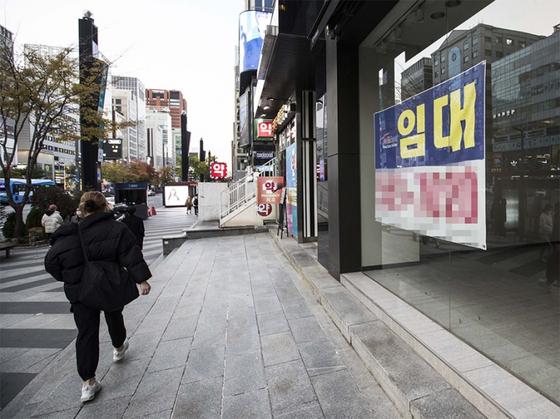 서울 강남대로 일대 폐업한 상점에 임대 현수막이 걸려 있다.