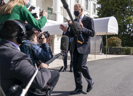 19일 애틀랜타로 떠나기 전 백악관에서 기자 질문에 답하는 조 바이든 미국 대통령. [AP=연합뉴스]
