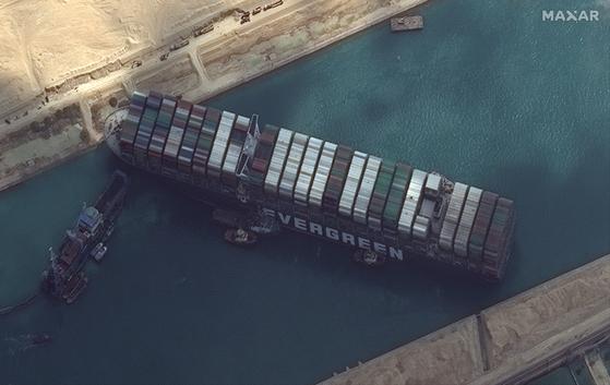 수에즈 운하 외곽에서 대기중인 선박 200 척 이상 증가 … 미 해군 지원