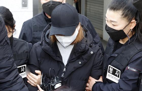 17일 오후 경북 구미경찰서에서 3세 여아 사망사건의 친모인 A씨가 호송 차량으로 이동하고 있다. 연합뉴스