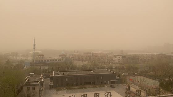 29일 오전 베이징 도심 하늘이 마치 화성과 같이 누런 황사 모래 먼지에 뒤덮혀 있다. 사진=신경진 기자