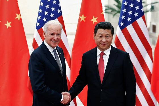 지난 2013년 중국 베이징에서 만난 조 바이든 당시 미국 부통령(왼쪽)과 시진핑 중국 국가 주석. [로이터=연합뉴스]