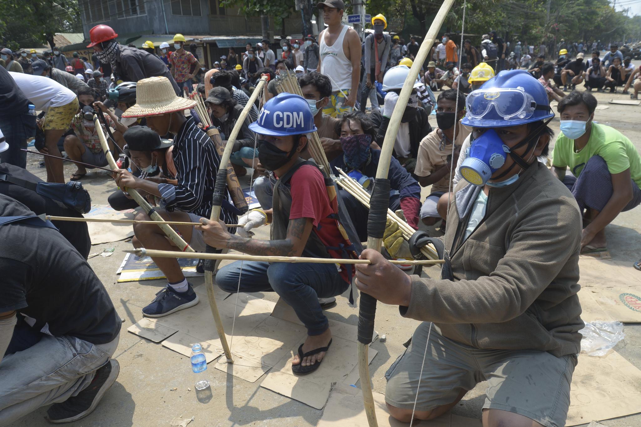 미먄마의 반 군사 쿠데타 시위대가 27일 양곤에서 사제 활과 화살로 군경과 맞서고 있다. AP=연합뉴스
