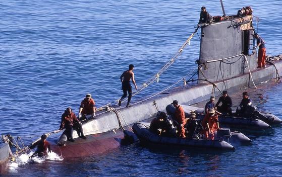 강릉무장공비 침투사건은 1996년 9월 북한군 인민무력성 소속 상어급 잠수함이 동해안 일대에 침투해 전국을 공포에 떨게 한 사건이다. 강릉시 강동면 앞바다에 좌초된 북한 잠수함을 인양하는 모습. 중앙포토