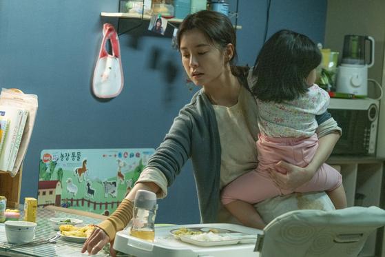 영화 '82년생 김지영'에서 주인공(정유미 분)이 육아를 하고 있다. [사진 롯데엔터테인먼트]