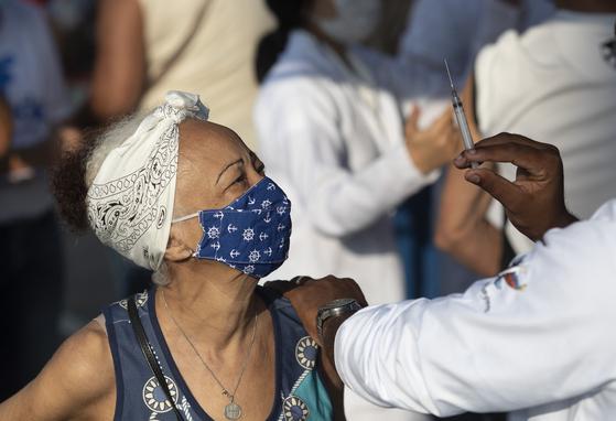 브라질에서 코로나19 백신 접종이 진행되고 있다.[AP=연합뉴스]