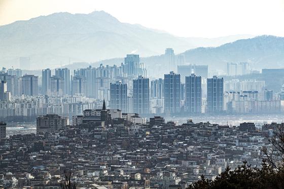 서울 한남동 주택가 너머로 보이는 잠원동 아파트 단지. 전민규 기자