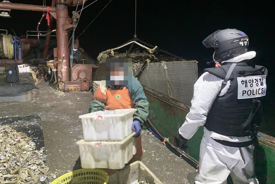 해경 대원들이 불법조업하던 중국어선에 승선해 어획물을 확인하고 있다. 서해5도특별경비단