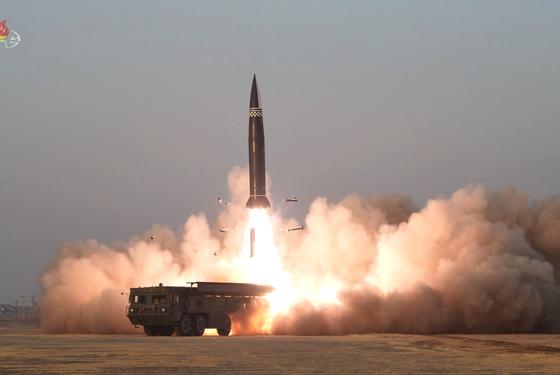 북한이 지난 25일 새로 개발한 신형전술유도탄 시험발사를 성공적으로 진행했다며 26일 보도한 미사일 발사 장면. [연합뉴스]