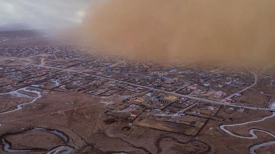 마을을 삼킬 듯 다가오는 몽골 모래폭풍. 몽골 국가 방재청