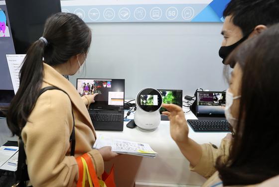 지난 24일 오후 서울 강남구 코엑스에서 열린 제4회 국제인공지능대전 (AI EXPO KOREA 2021)에서 AI 업체 직원이 시연을 하고 있다. 사진은 기사와 직접적인 관련이 없음. 뉴스1