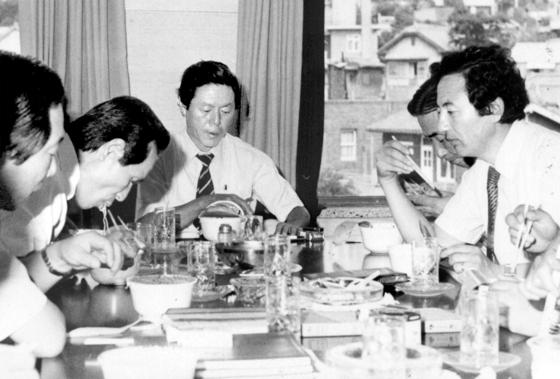 농심 임직원들과 1982년 신제품 사발면을 맛보고 있는 신춘호 회장(가운데). 신 회장은 1965년 롯데공업을 창업, 라면사업에 뛰어들었다. [사진 농심]
