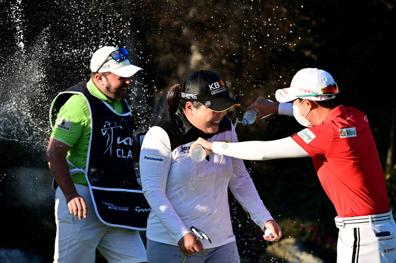 박인비에게 김효주(오른쪽)가 물을 뿌리고 있다. [AFP=연합뉴스]