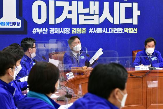 김태년 더불어민주당 당대표 직무대행이 29일 오전 국회에서 열린 중앙선대위 회의에서 발언을 하고 있다. 오종택 기자
