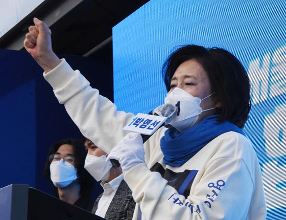 28일 오전 서울 서초 고속터미널 광장에서 열린 더불어민주당 서울시장 후보 집중유세에서 박영선 후보자가 지지를 호소하고 있다. 오종택 기자