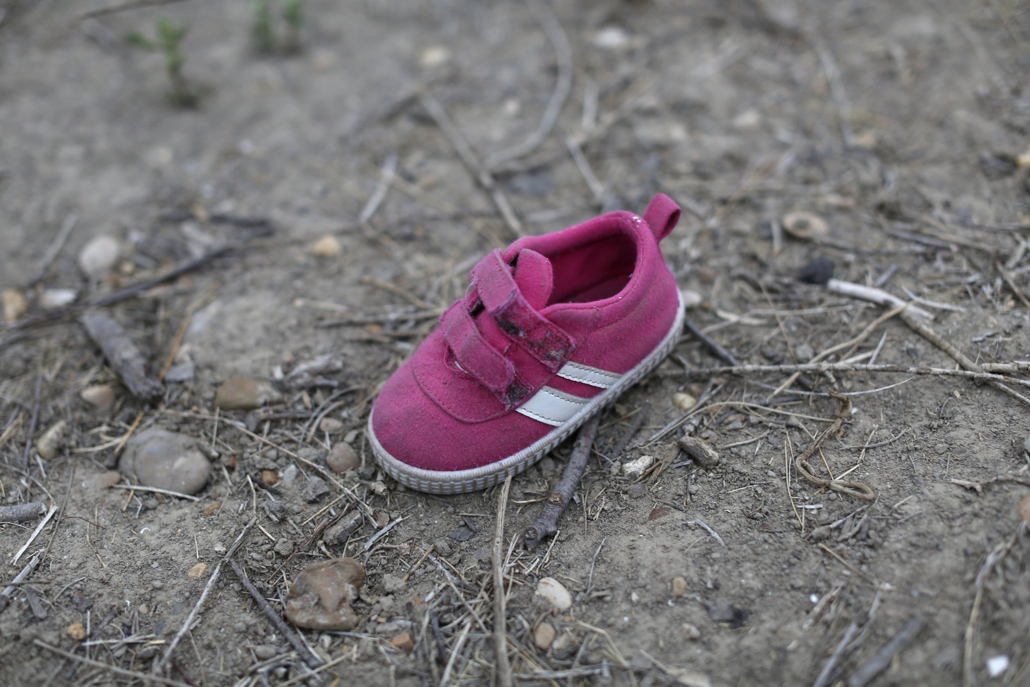 28일(현지시간) 미국 텍사스주 로마(Roma)의 리오 그란데 강변에 분홍색 어린이 신발이 버려져 있다. 중남미 불법 이민자 가족이 통과한 흔적이다. 텍사스 주 리오 그란데 계곡에 위치한 인구 1만명의 도시 로마는 최근 집중적인 불법 이민 통로가 되고 있다. 저녁에 어둠이 내리면 이민자들을 태우고 강 건너 미국으로 향하는 보트가 줄을 잇는다. AP=연합뉴스