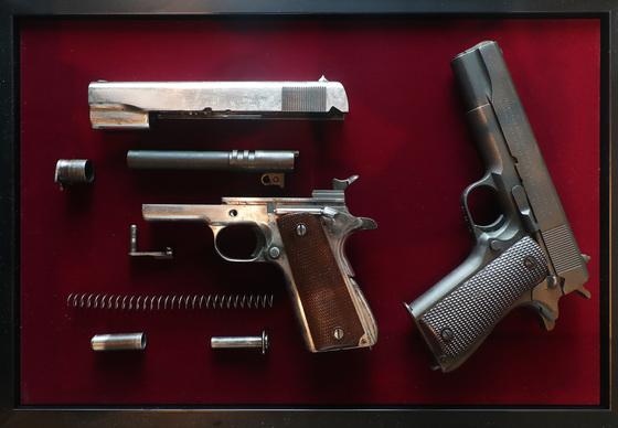 2018년 서울 용산 전쟁기념관에서 열린 'COLT 1911' 전시회에 소개된 권총. 기사 내용과 직접적 연관 없음. 우상조 기자